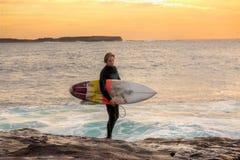 Persona que practica surf en la salida del sol Fotografía de archivo libre de regalías