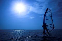 Persona que practica surf en la sol Imagen de archivo libre de regalías