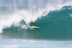 Persona que practica surf en la tubería Foto de archivo libre de regalías