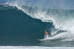 Persona que practica surf en la tubería trasera Fotografía de archivo
