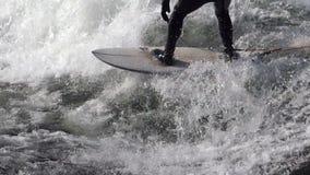Persona que practica surf en las ondas metrajes