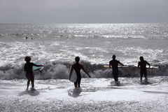 Persona que practica surf en Levanto Foto de archivo
