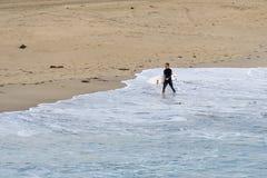 Persona que practica surf en Manhattan Beach, California Imagen de archivo libre de regalías