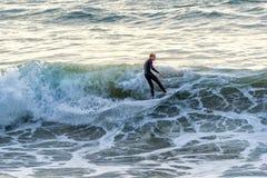 Persona que practica surf en Manhattan Beach, California Imagen de archivo