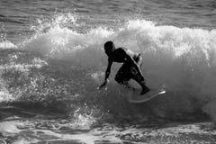Persona que practica surf en negro y white2 Imagenes de archivo