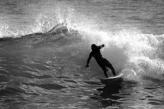 Persona que practica surf en negro y white4 foto de archivo