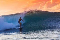 Persona que practica surf en onda asombrosa Imagen de archivo libre de regalías
