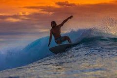 Persona que practica surf en onda asombrosa Foto de archivo