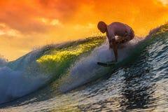 Persona que practica surf en onda asombrosa Imágenes de archivo libres de regalías
