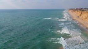 Persona que practica surf en onda de la visión superior almacen de video