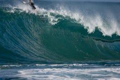 Persona que practica surf en onda enorme Fotografía de archivo libre de regalías