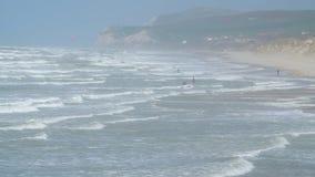 Persona que practica surf en problemas en la playa