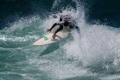 Persona que practica surf en Ribeira de Ilhas Beach en Ericeira Portugal Fotografía de archivo