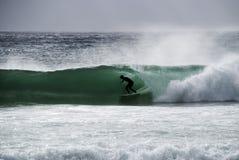 Persona que practica surf en un barril imagen de archivo