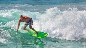 Persona que practica surf en una onda en la playa de hombres, Sydney Foto de archivo