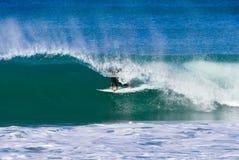 Persona que practica surf en una onda grande Imágenes de archivo libres de regalías