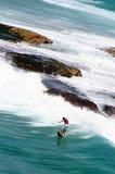 Persona que practica surf en una tarjeta roja Imagen de archivo libre de regalías