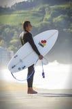 Persona que practica surf en Zarautz, España Imagen de archivo