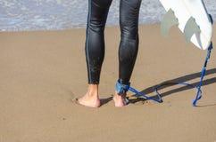 Persona que practica surf en Zarautz, España Fotografía de archivo libre de regalías