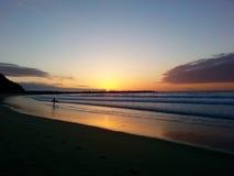 Persona que practica surf española en la puesta del sol Imágenes de archivo libres de regalías