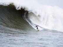 Persona que practica surf grande Anthony Tashnick Surfing Mavericks California de la onda Fotografía de archivo libre de regalías