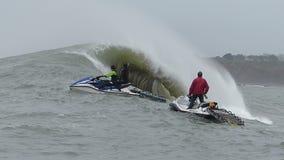Persona que practica surf grande Ken Collins Surfing Mavericks California de la onda almacen de metraje de vídeo