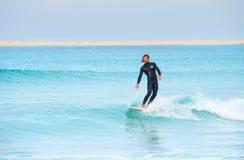 Persona que practica surf hermosa Imagen de archivo libre de regalías