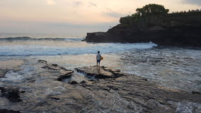Persona que practica surf indonesia Imagen de archivo