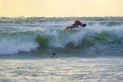 Persona que practica surf indonesia que practica surf en Kuta en Bali Fotografía de archivo libre de regalías