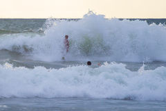 Persona que practica surf indonesia que practica surf en Kuta en Bali Foto de archivo libre de regalías
