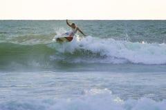 Persona que practica surf indonesia que practica surf en Kuta en Bali Imagen de archivo