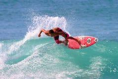 Persona que practica surf Joel Centeio que practica surf en Hawaii fotos de archivo