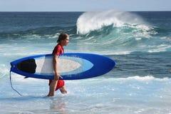 Persona que practica surf joven Fotografía de archivo libre de regalías
