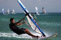 Persona que practica surf joven en el agua. Fotos de archivo