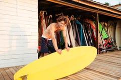 Persona que practica surf joven profesional que consigue el tablero de resaca listo Imágenes de archivo libres de regalías