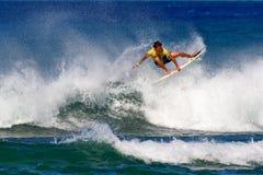 Persona que practica surf Kekoa Cazimero que practica surf en Honolulu, Hawaii imagen de archivo