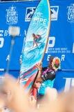 Persona que practica surf Kelly Slater del ganador en la tubería en Hawaii foto de archivo libre de regalías