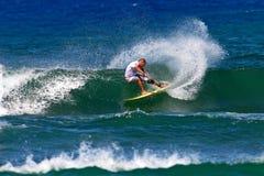 Persona que practica surf Mikey Bruneau que practica surf en Honolulu, Hawaii foto de archivo libre de regalías
