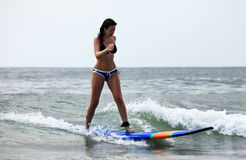 Persona que practica surf - muchacha Fotografía de archivo