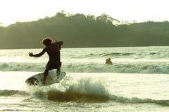 Persona que practica surf no identificada Mompiche Fotografía de archivo