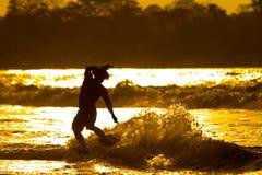 Persona que practica surf no identificada Mompiche Imagen de archivo