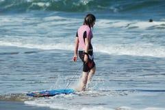 Persona que practica surf novata #2 Imagen de archivo libre de regalías