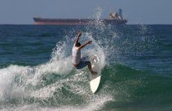 Persona que practica surf profesional Foto de archivo libre de regalías