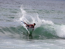 Persona que practica surf profesional - buhonero del tonelero - Merewether Australia Foto de archivo