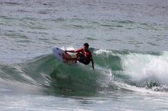Persona que practica surf profesional - buhonero del tonelero - Merewether Australia Fotografía de archivo