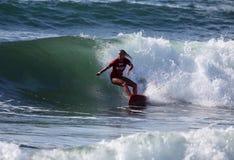 Persona que practica surf profesional - Elle-Jean Coffey - Merewether Australia Imagenes de archivo