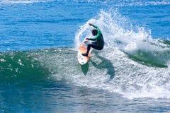 Persona que practica surf profesional Mike Golder Surfing California imagen de archivo