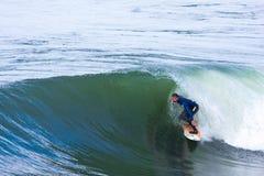 Persona que practica surf profesional Mike Golder Surfing California imagenes de archivo