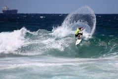 Persona que practica surf profesional Newcastle Australia Foto de archivo libre de regalías