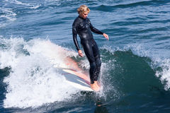 Persona que practica surf profesional Reilly Stone Surfing California imagen de archivo libre de regalías